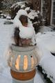 Leuchtensäule mit Frau im Schnee