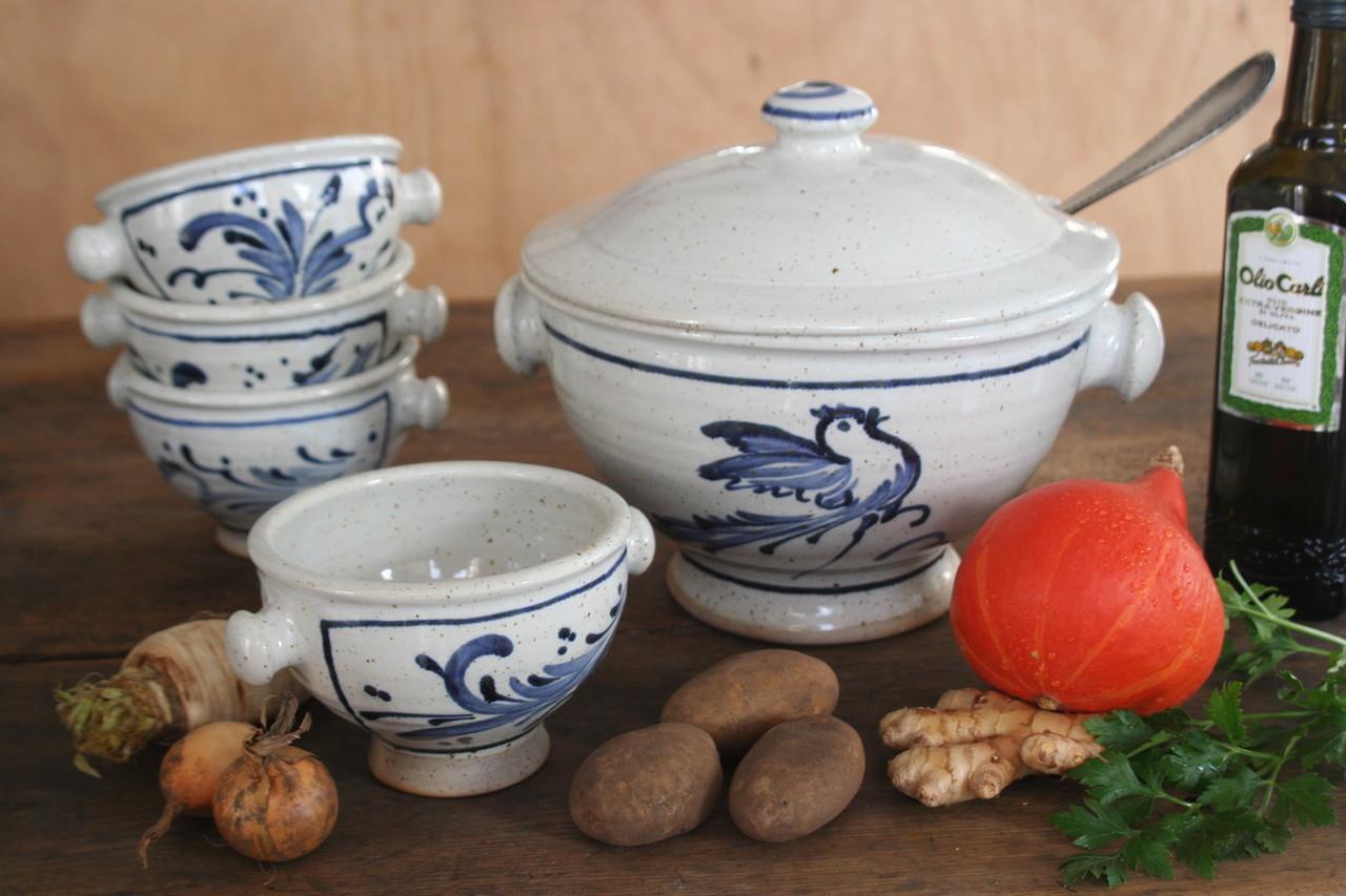 blaue getöpferte suppenschalen